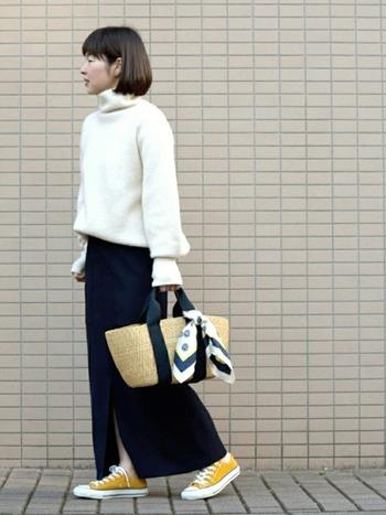 まだ、ニットが手放せない!そんな日も白いニットにネイビーのスカートで爽やかさUP。足元の黄色いスニーカーやかごバッグなど、春を感じる小物を取り入れていて素敵な装いに。スカーフも白が基調となっていてすっきりと見えますね。