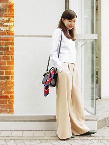 こちらも今春人気のワイドパンツ。とろみ素材でほどよいボリューム感。ぺたんこ靴とも相性良く、歩く度に脚のラインが浮き出て、女性らしい繊細なシルエットに。春らしい優しい色を選ぶなら、スカーフはコントラストのはっきりした色の濃いものを選んでワンアクセントに。