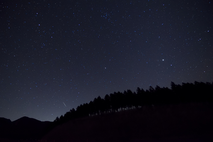 《久住高原》には、素晴らしい星空を観望できる星見のスポットが数々あります。  こちらはあざみ台付近で撮影された「しぶんぎ座流星群」。