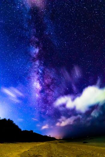 """《石垣島》 は、天文学者が選ぶ「日本で一番綺麗な星空ベスト3」に選ばれた島。  平成18年に満天の星空を大切にすることを公に宣言(""""いしがき島星空宣言"""")した石垣市は、その宣言通りに満天の星空が眺められる場所です。宣言以後、石垣島では、「南の島の星まつり」や「石垣島一斉ライトダウン」等のイベントが開催され、星見のツアーも活発に行われています。"""