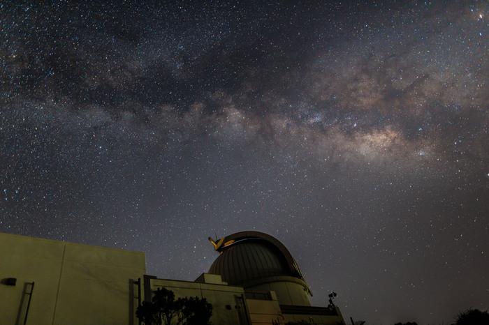 前勢岳(まえせだけ)の山頂にある《石垣島天文台》の星空。  2013年にオープンした併設の「星空学びの部屋」では、200インチスクリーンで宇宙を立体的に見ることができる4D2U(4次元デジタル宇宙) の上映を行っています。施設が公開されている日は毎日開催されています。(要予約・リンク先参照のこと)