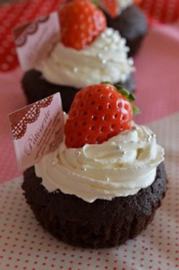 チョコケーキに生クリームとイチゴという組み合わせは、やっぱり王道。見映えがするのでプレゼントにもぴったりです。アラザンもちりばめて、思い切り可愛いデコを楽しみましょう。