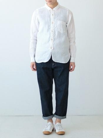 フレンチリネンのシャツは、ずっと作り続けられているpritの定番商品です。シワ感がナチュラルな雰囲気で素敵。シンプルなようで、裾の両サイドが丸くなっていたり、襟が絶妙なサイズになっていたりなど、細部までこだわりが現れています。