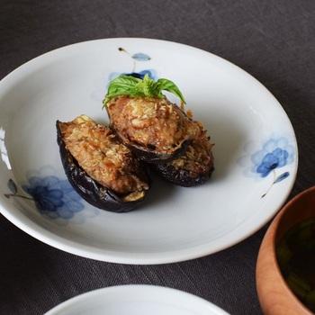 柄の持つ繊細な雰囲気と合わせて、お料理も盛りすぎず、ちょこんとのせてみましょう。