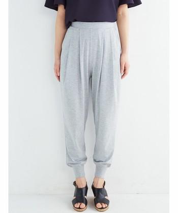 まるで「ジャージ」のような、裾を絞ったスタイルの緩めラインのパンツ。 とろみ素材のものや、スウェット素材のもの、デニム素材など…。 色々な素材のものをお好みで☆