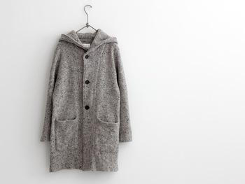 温かみがあり優しげな雰囲気の「ネップツイード」のフード付きコート。ストンとしたシルエットもかわいいですね。