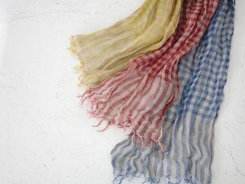 リネン100%のストールは、素朴な風合いとくすんだ色合いが素敵。さりげなく差し色に使えます。