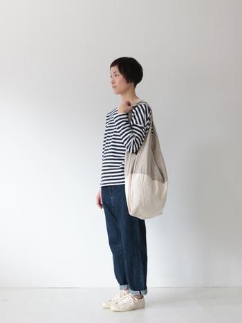 シンプルだけど、ひと工夫加えられた雑貨もおすすめです。こちらは、上はリネン・下はオックス生地のバッグ。持ち手はリネンで心地よい肌触りにしながら、重みがかかる底の部分は帆布のように厚みがあるオックス生地を使うことで、強度を増しています。