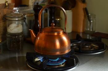 鉄ほどに重くはなく、シンプルで存在感のある銅のやかん。使うひとに新たな楽しみを与えてくれます。