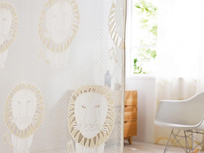 カーテンというと「窓」のイメージですが、部屋の仕切りにも使えます。