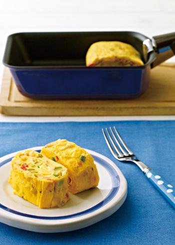 春野菜いっぱいのカラフル卵焼き。ぷっくりと黄色い卵に、赤や緑の色鮮やかな春野菜がよく映えますね。