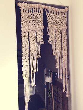ハンドメイドのマクラメタペストリー。生活スペースとパブリックエリアを分ける暖簾としてもGOOD。