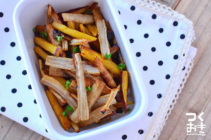 ニンニクの香りがサツマイモとゴボウのおいしさを引き立てます。少ない油で揚げ焼きにするのがヘルシーに仕上げるポイントです。