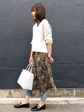 ワンピースと重ね着しても好相性!ホワイトニットなら軽やかに着こなせます。もちろんシャツと合わせても◎。