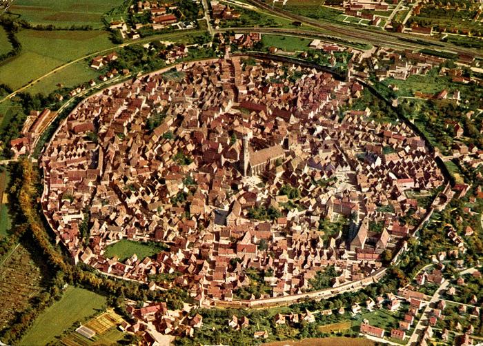 ネルトリンゲンは、約1500万年前に隕石が落ちてできた盆地に築かれた街です。上空から眺めると、市壁に囲まれたネルトリンゲンがきれいな円形をしていることが分かります。