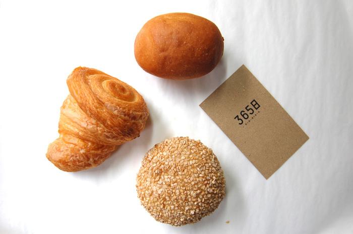 左の可愛らしい三角形がクロワッサンです。カメラ越しでも、表面の層がはっきり分かるくらい。ミニサイズなのでペロッと食べられちゃいます。 食感が楽しく、見た目にも美しいパンです。