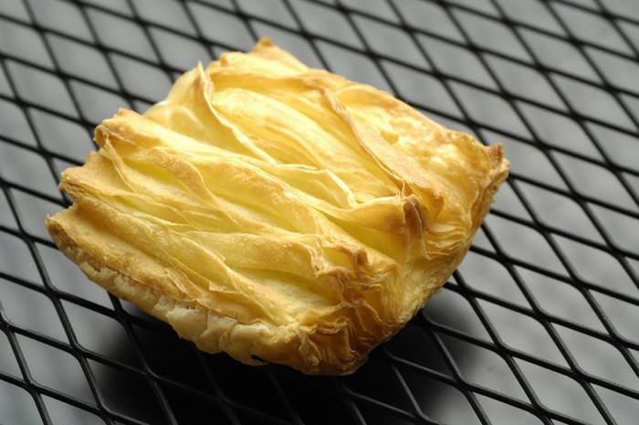 デュヌラルテ、独特アレンジのクロワッサン『ラルテ』。スタイリッシュな形です。