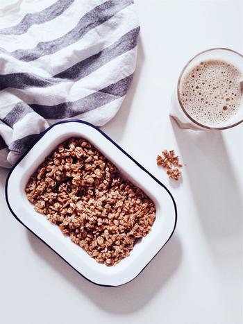 「オートミール」の元は燕麦(えんばく)で、お粥のように食べるのが一般的です。味のついていないオートミールをベースにナッツやドライフルーツが加えられているのが「ミューズリー」です。糖質が低め。