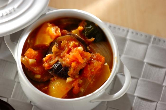 余り野菜をトマトベースで煮込み、ほっこりできる具だくさんのラタトゥイユに。ミートソースにしても、ドリアやラザニア・オムライスにと活用できます。