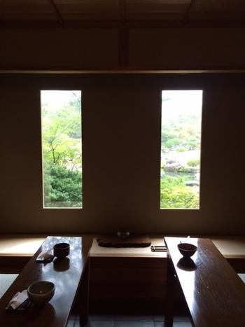 「寿楽庵」の茶席。窓は二幅の掛け軸。居心地よく落ち着いた空間です。 見学料・抹茶料込みで1000円(税込)で利用できます。