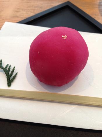 見た目にも鮮やか、綺麗なピンク色をしたこちらは餅匠しづくの「フランボワーズ大福」。和と洋が上手く融合したこちらもフルーツ大福です。鮮やかなピンク色ですが、着色料は使っておらず野菜のビーツで色づけをしています。