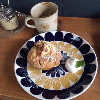 カフェでは、自家製の多彩なマフィンを提供しています。マフィンに加えて、ネルドリップで1杯ずつ淹れるコーヒーの美味しさは、食べログでも高評価。「玄米珈琲」のメニューもあります。