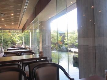 池庭に囲まれた「喫茶室 大観」。  甘味の他、島根和牛を使ったビーフカレー等の軽食もあります。ゆったりと食事を頂くのなら「喫茶室 大観」へ。