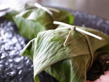 こちらは笹巻きおこわ。笹を開くと、島根和牛や赤貝等の具が入った美味しいおこわが入っています。