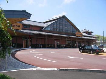 東京駅からは、新幹線でJR岡山駅からJR安来駅へ。安来駅からは無料のシャトルバスに乗って移動します。所要時間はおよそ3時間25分です。飛行機は米子空港からのアクセスが便利です。