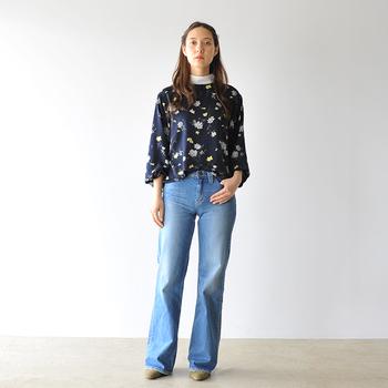 花柄トップス×ベルボトムデニムパンツの組み合わせは、70年代を思わせるマニッシュスタイルです。
