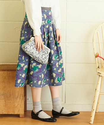 """足元を""""ソックス×パンプス""""にすると、いつものファッションがレディな雰囲気に仕上がります。ストラップ付きだとよりクラシカルな印象ですね。"""