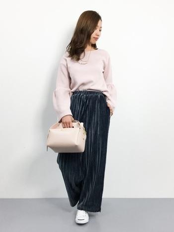 袖の広がった上品ニットにベロア素材のワイドパンツを組み合わせて。こなれたシンプルなコーディネートで、可愛らしい袖が良く映えます。
