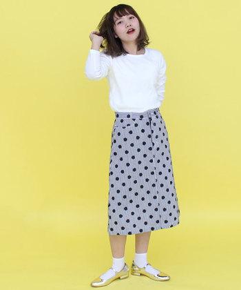 レトロポップなドット柄のスカート。足元はパンプス+ソックスでクラシックに仕上げ、ゴールドカラーで華やかさを演出しています。