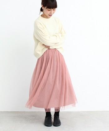 女性らしさ満載のピンクチュールスカートに白ニットをトップスに。足元は黒くして、甘すぎない大人可愛さを♫