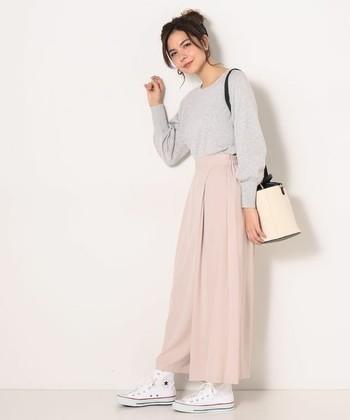 軽やか素材の淡いピンクなワイドパンツにライトグレーのニットを合わせたニュアンスカラーコーデ。フロントのカシュクールデザインが、スカートのように見える、春らしいアイテムです。