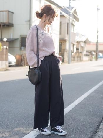 くすみピンクの刺繍ニットが主役の甘辛ミックスコーデ。ふんわりとした柔らかいデコルテすっきりニットは着るだけでオンナ度UPします。
