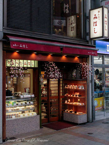 不忍池から流れる忍川にかけられた三本の橋より、江戸時代、元禄十年頃命名された店名『みはし(三橋)』。上野駅そばにあって、上野散歩の際に是非立ち寄りたい老舗の甘味処ですね。