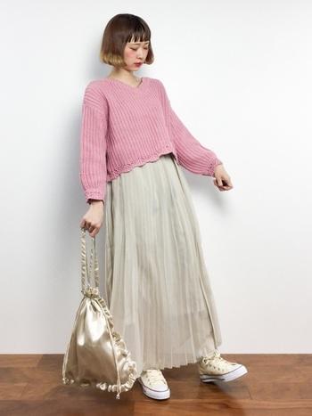 裾のデザインがかわいい畦編みのニットプルオーバーにロング丈のプリーツスカートを合わせて。トップスの着丈がコンパクトなので、軽やかな素材のロングボトムスとの相性抜群です。