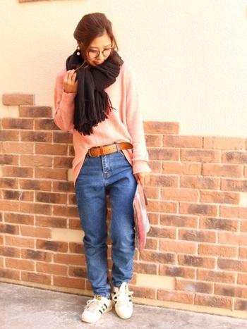 麻混のニットトップスにジーンズを合わせた、春のスタイリング。ジーンズとの淡い色合いの組み合わせが魅力的で、寒いときには黒いストールで引き締められる万能コーデです。