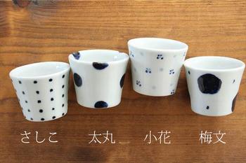 藍色が引き立つ4種の柄。砥部焼は、伝統工芸品の指定を受けて、手作り・手描きの伝統を守りながら受け継がれている焼き物なんです。