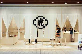 この大きな暖簾が目印のとらや。東京都内を始め、全国、海外へと日本の和菓子を発信する、言わずと知れた老舗です。