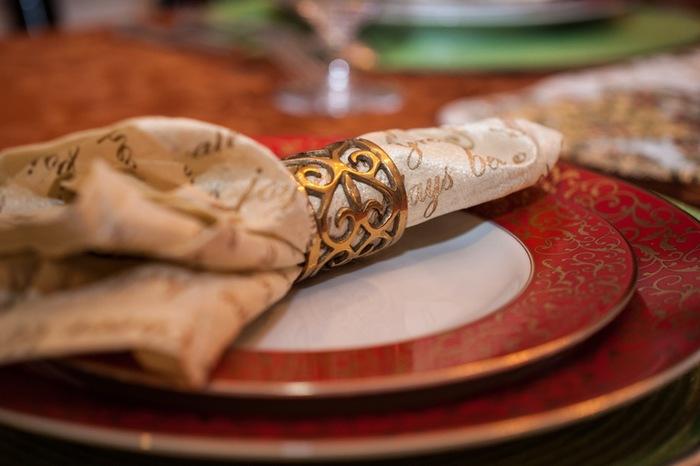 食事の席についたとき、きれいに折られたテ―ブルナプキンに出迎えられるとうれしくなります。それは、おもてなしの心の証。これから始まる、素敵なディナーの序曲ともいえます。エレガントからカジュアルまでいろいろなナプキンの折り方を覚えて、パーティに合った雰囲気を作りましょう。