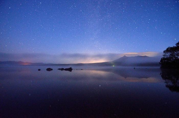 北海道・函館にほど近い、七飯町の大沼国定公園。四季折々の自然にあふれるこの公園は、夜の星空の美しさも格別です。