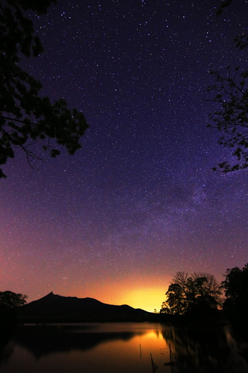 北海道駒ヶ岳のシルエットと、降るような星空が見事。  駒ケ岳の火山活動によってできたという大沼。 太古から変わらぬ星空とともに、悠久の時を感じさせます。