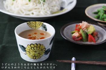 色鮮やかな柄の蕎麦猪口は、テーブルに華を添えたい時に。他の和食器やクロスとのコーディネイトに凝ってみては?