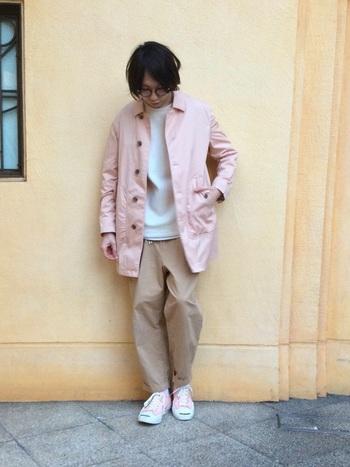 春らしいピンク色のジャケットとコンバースが素敵♪センスの良さがスタイリングの参考になりますね。