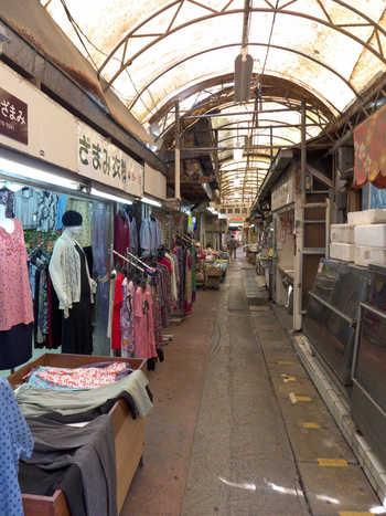 八百屋や惣菜屋などが並ぶ昔ながらの市場の中にあるんです。この立地にはちょっと驚きます。