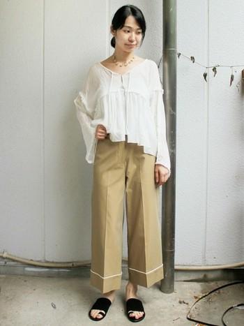 白のパイピングが効いたパジャマパンツに、ゆったりとしたブラウスを合わせた大人のリラックススタイルが素敵です。センタープリーツが入っているので、カジュアルになりすぎずに通勤着としても使えます。