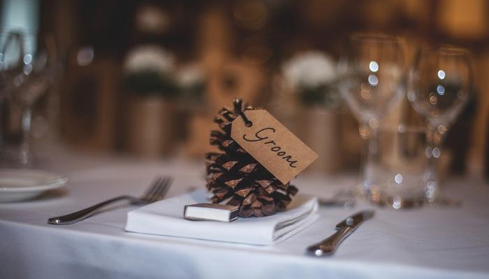 ナプキンの上に、メッセージ付きのタグを付けた小物を。これも、お客様にとってはとてもうれしいおもてなし♪楽しい食事会になりそうです。