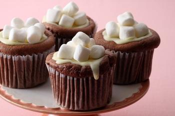 女子ウケ間違いなしのふわふわのカップケーキ。小さなマシュマロをのせるトッピングなら、ぶきっちょさんにもマネできますよね!